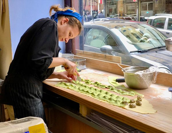 Przygotowanie Agnolotti, typowej dla Piemontu potrawy  we Włoszech